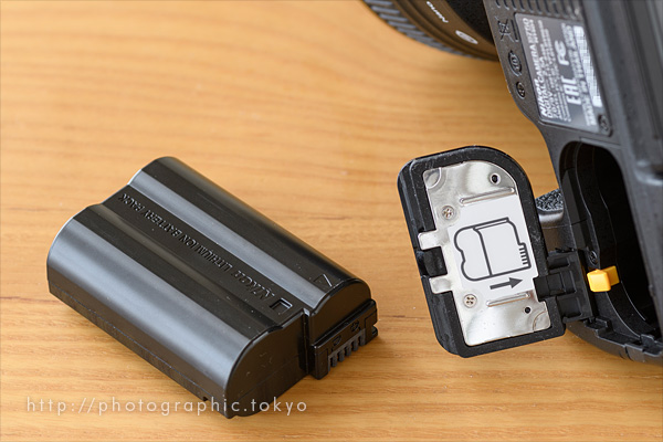 D750電池取り出しイメージ